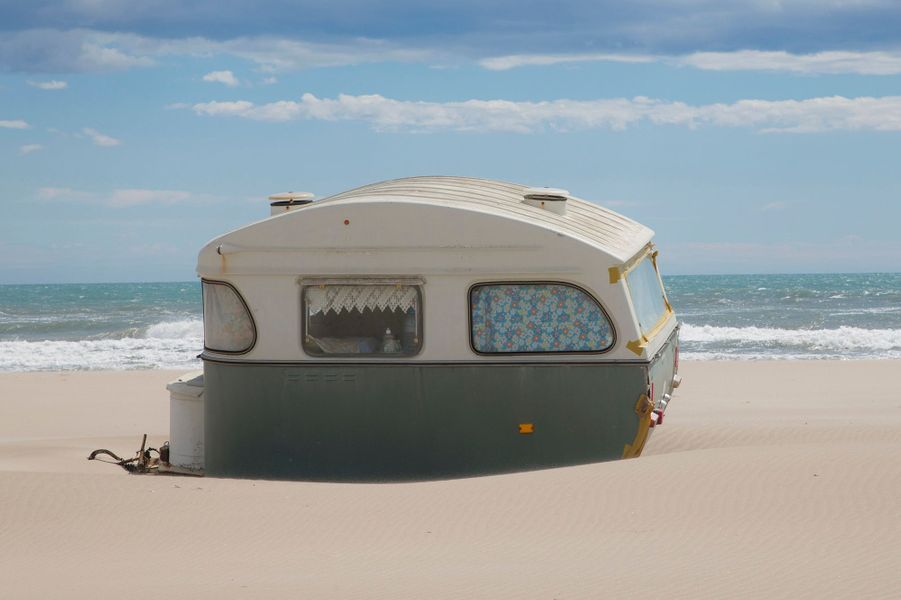 Camargue, juillet 2014 : la plage de Piémanson est l'une des dernières où le camping sauvage est toléré, du 1er mai au 30 septembre.