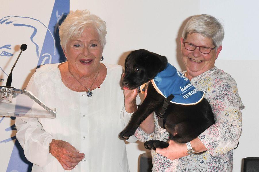 Line Renaud (avec le chiot labrador qu'elle a baptisé Paris) remet un prix pourl'association Handi'chiens