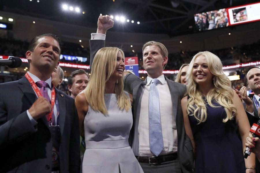 Eric Trump entouré de ses frère et soeur Donald Trump Jr. et Ivanka et de sa demi-soeur Tiffany.
