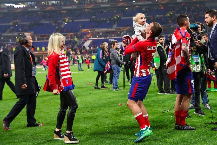 Antoine Griezmann et Erika Choperena avec leur fille Mia après la finale de la Ligue Europa le 16 mai 2018