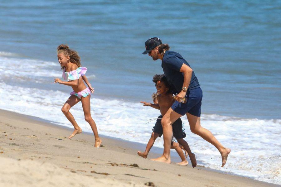 Scott Disick joue avec ses neveux North et Saint West, ainsi que les enfants d'amis, à Malibu le 27 juillet 2020