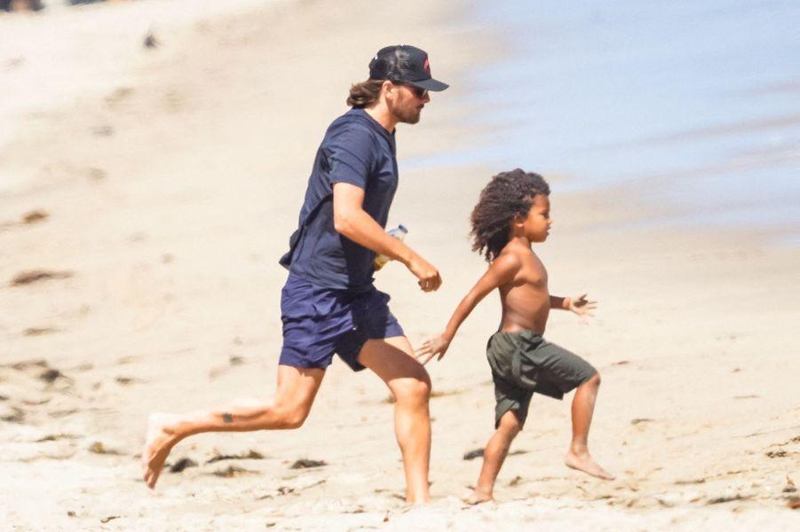 Scott Disick et Saint West sur une plage de Malibu le 27 juillet 2020
