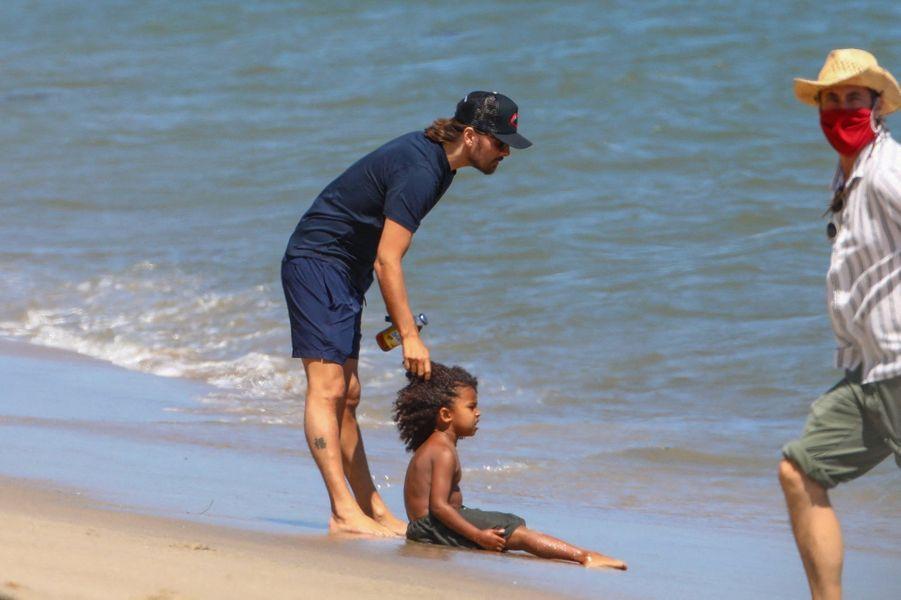 Scott Disick et Saint Westsur une plage de Malibu le 27 juillet 2020