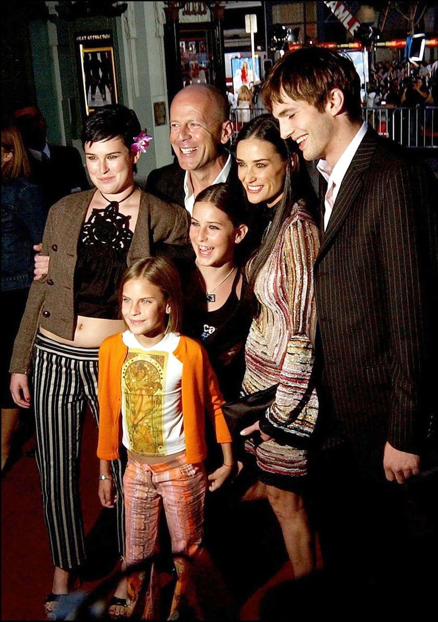 """Bruce Willis, Demi Moore, leurs filles Rumer, Scout et Tallulah, avec Ashton Kutcher, à la première de """"Charlie's Angels : Les Anges se déchaînent !"""", le 18 juin 2003à Los Angeles."""