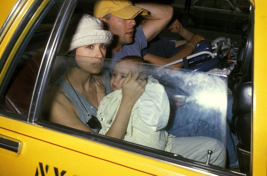 Demi Moore et Bruce Willis avecleur fille Rumer, dans un taxi à New York, le 20 mai 1989.