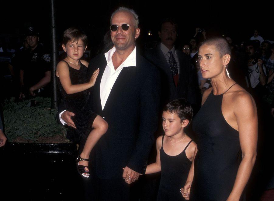 """Bruce Willis et Demi Moore avec leurs filles Rumer et Scout à la première du film """"Striptease"""", le 23 juin 1996 à New York."""