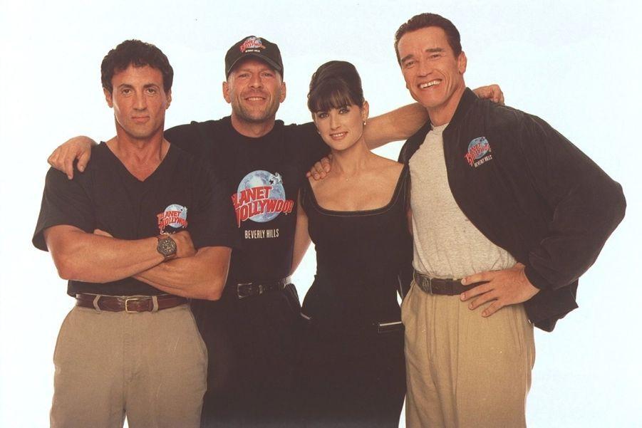 Bruce Willis et Demi Moore avec Sylvester Stallone et Arnold Schwarzenegger, les propriétaires des restaurants Planet Hollywood, en 1996.