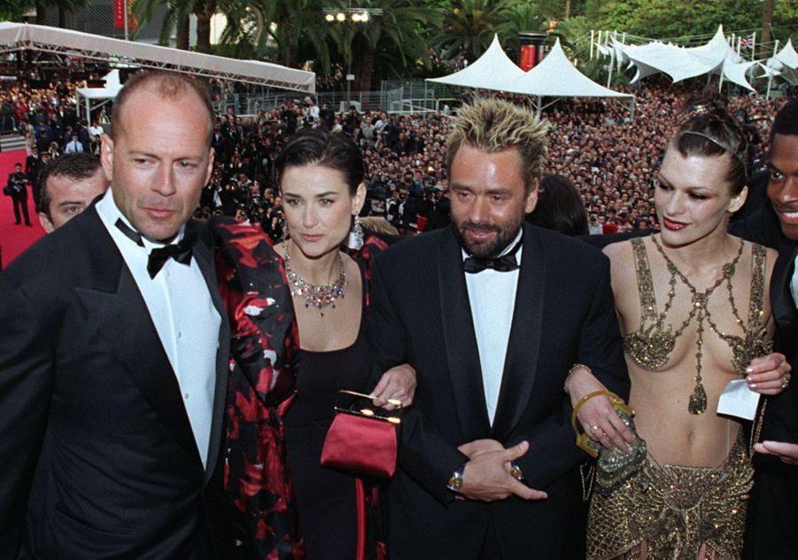 """Bruce Willis et Demi Moore, en compagnie de Milla Jovovich et Luc Besson, à la première du film """"Le Cinquième Élément"""" à Cannes, le 7 mai 1997."""