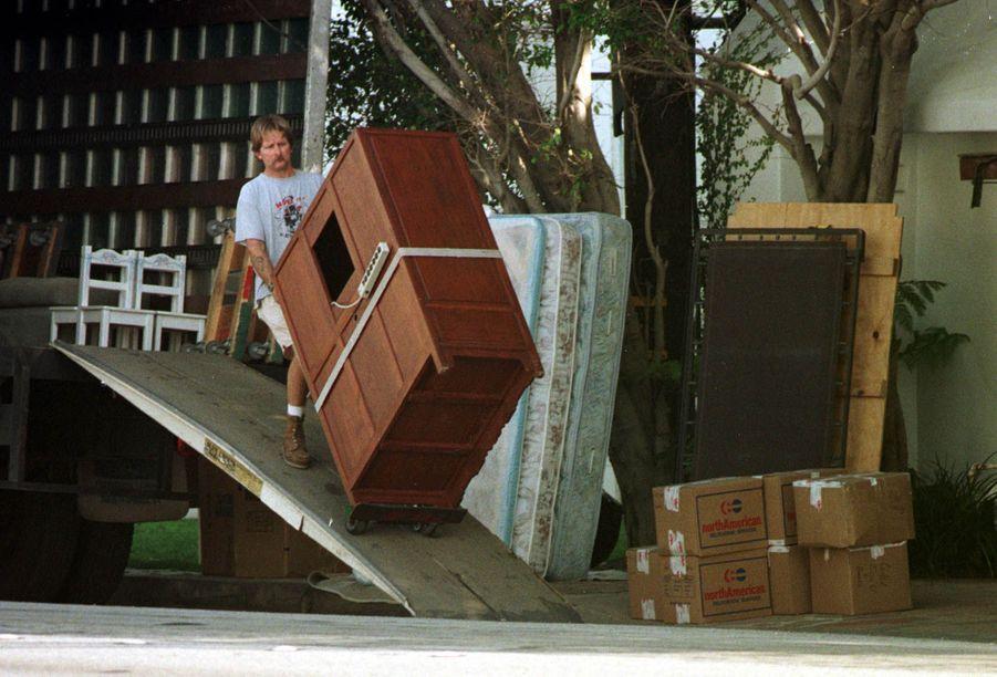 Des déménageurs emportent les derniers biens de Demi Moore de la maison qu'elle partageait avec Bruce Willis à Malibu, le 2 février 1999.