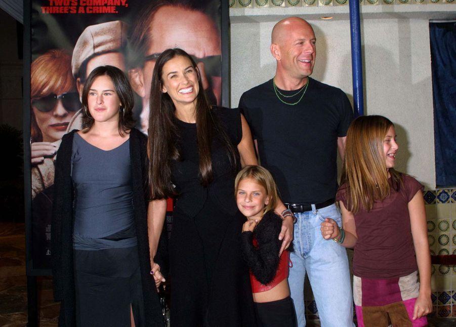 """Bruce Willis, Demi Moore et leurs filles Rumer, Scout et Tallulah à la première de """"Bandits"""", le 5 octobre 2001à Los Angeles."""