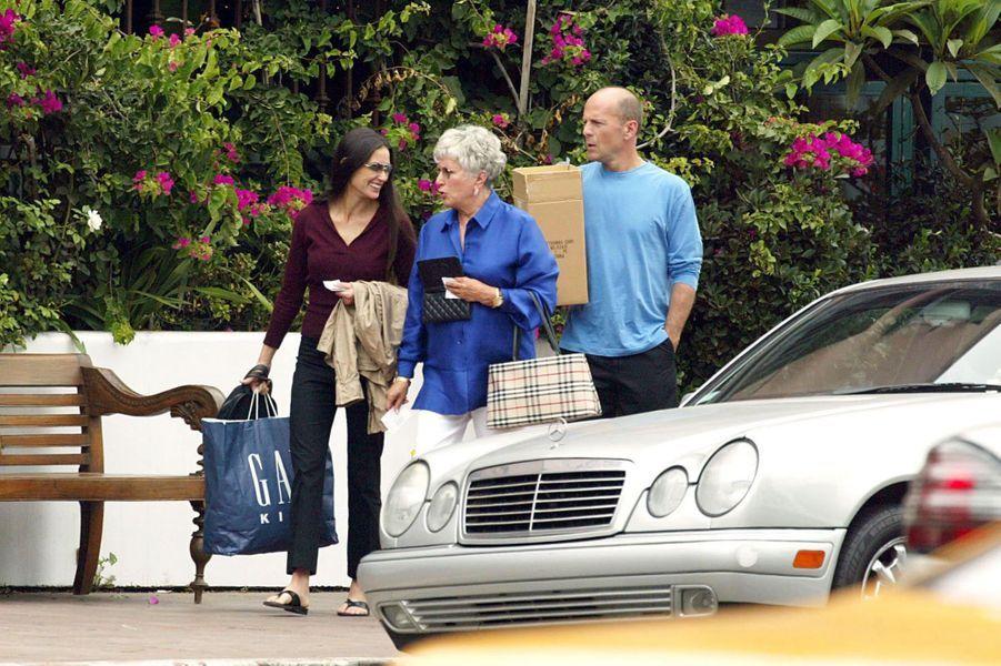 Demi Moore plaisante avec son ancienne belle-mère, Marlene Willis, suivi de Bruce, à l'occasion d'un déjeuner en famille à Santa Monica, le 19 août 2002.