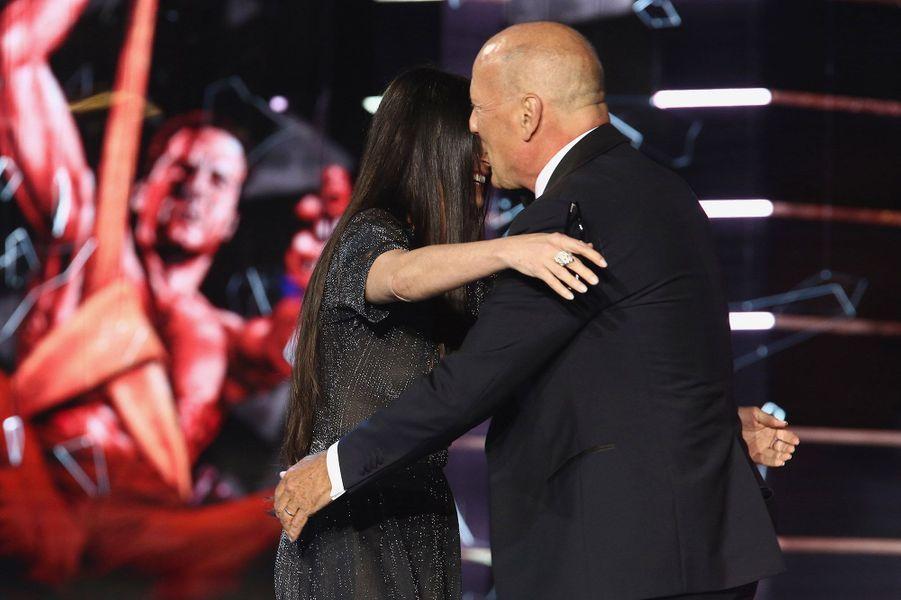 """Le 14 juillet 2018, 20 ans tout justeaprès l'annonce de leur séparation, Demi Moore apparaissait dans l'émission satirique """"The Roast of Bruce Willis"""" pour rendre un hommage particulier à son ex-mari, visiblement amusé et très touché."""