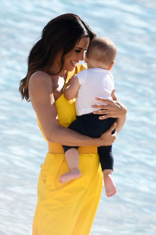 Eva Longoria et son fils Santiago sur la plage à Cannes, le 15 mai 2019