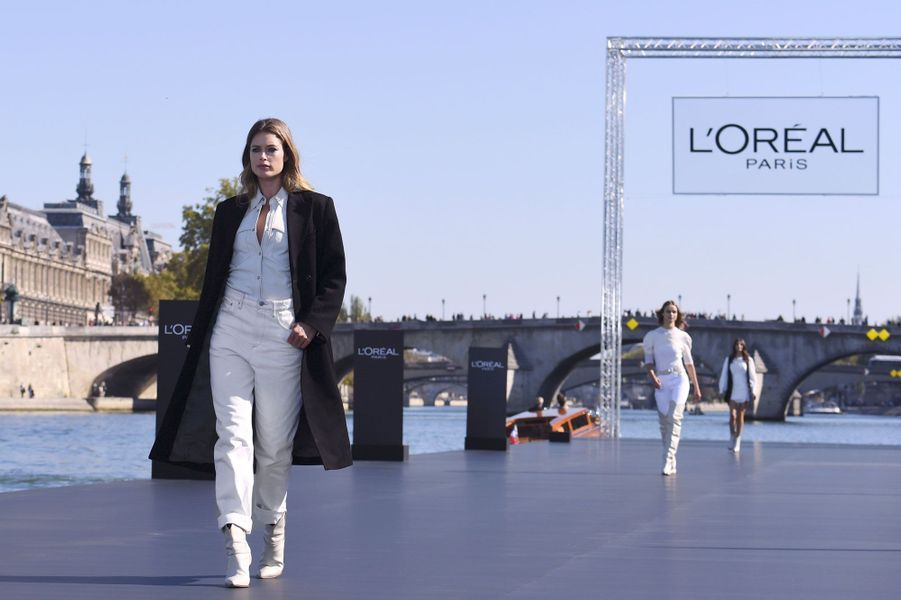 Doutzen Kroes lors du défilé L'Oréal à Paris, dimanche.