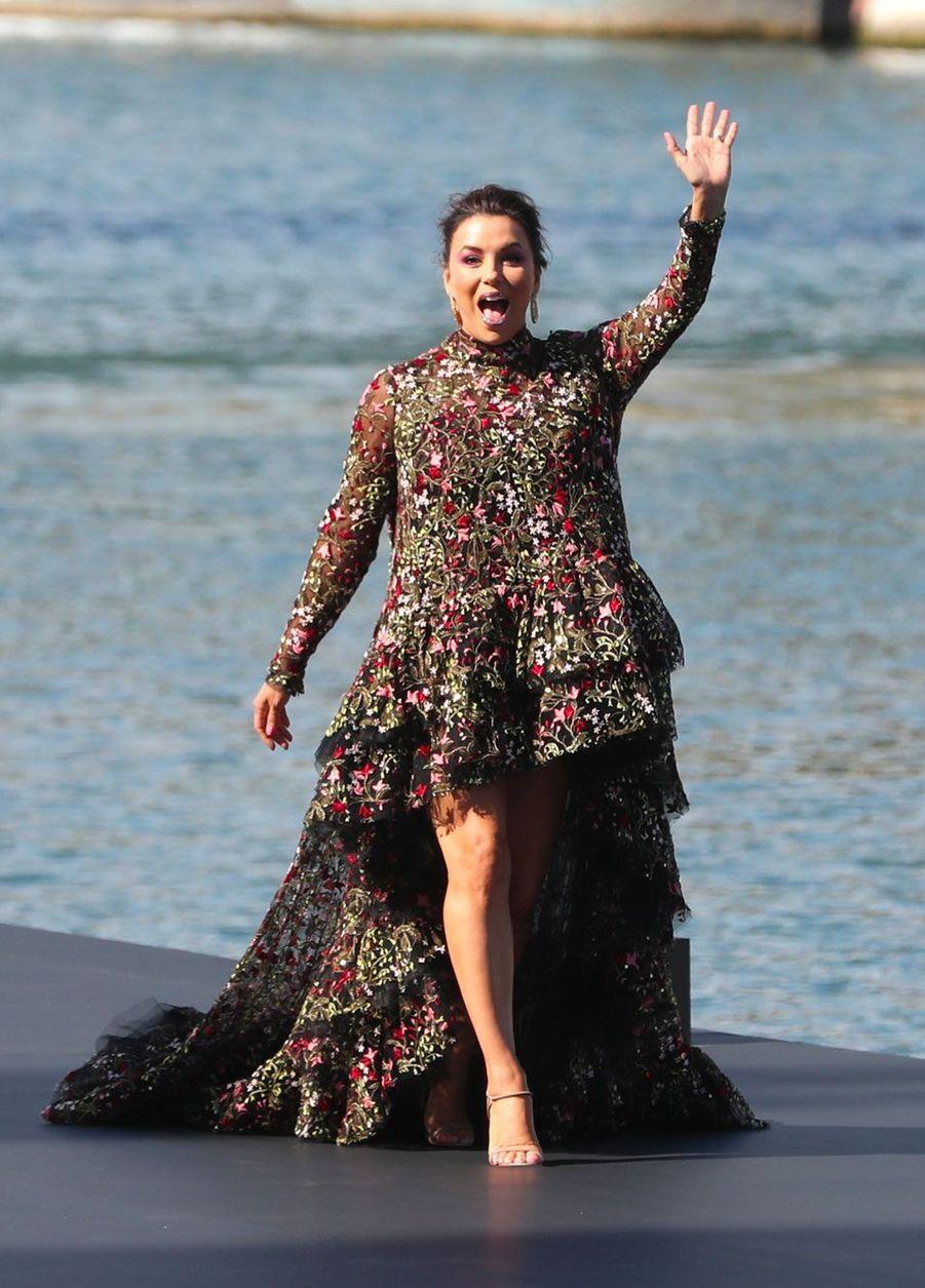 Eva Longoria lors du défilé L'Oréal à Paris, dimanche.