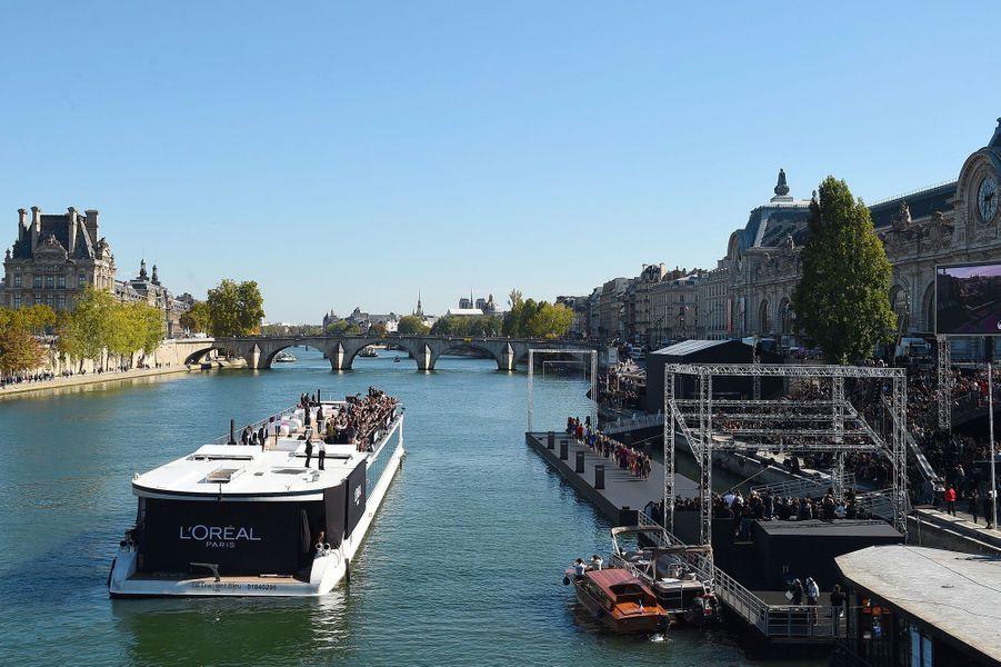 Vue d'ensemble de l'installation du défilé L'Oréal à Paris, dimanche.