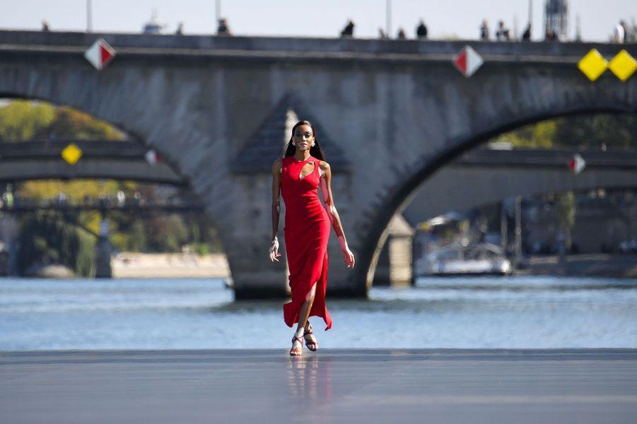 Winnie Harlow lors du défilé L'Oréal à Paris, dimanche.