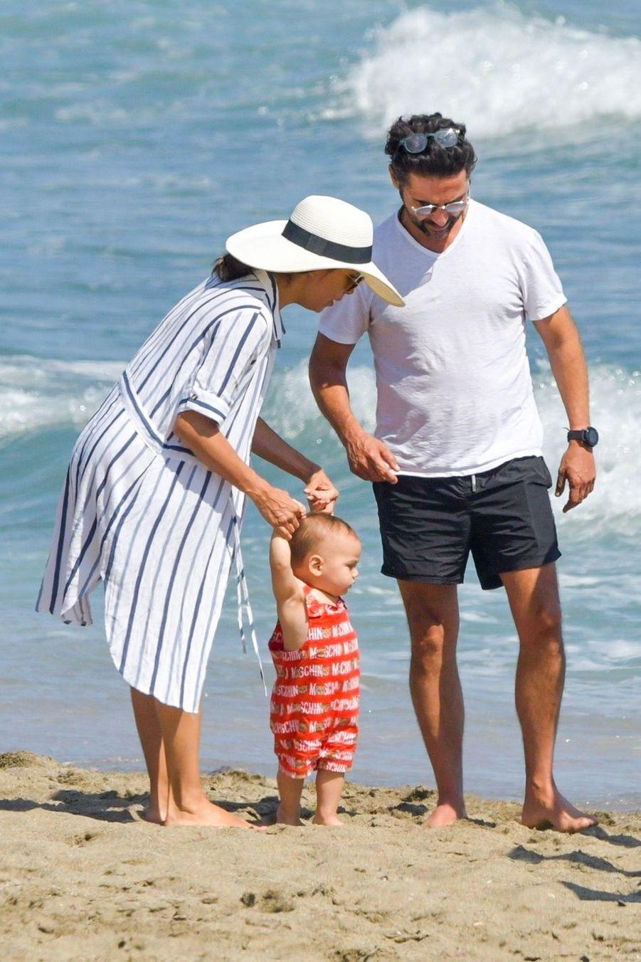Eva Longoria, José Antonio Baston et leur fils Santiago à Marbella, le 9 juillet 2019
