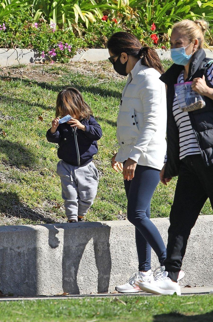 Eva Longoria avec son fils Santiago dans un parc de Los Angeles le 18 février 2021