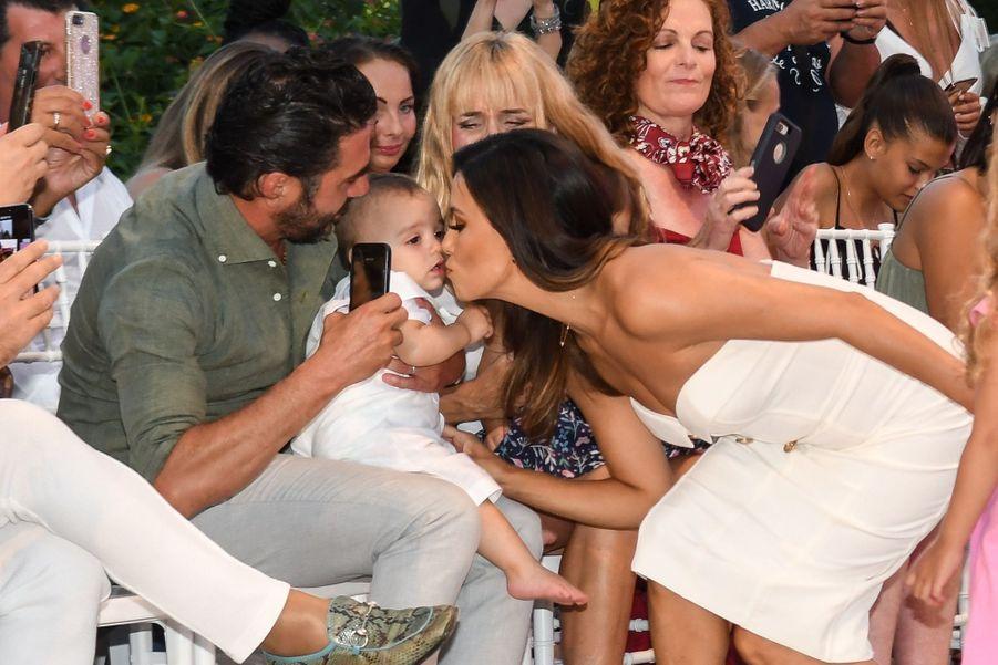 Eva Longoria, José Antonio Baston et leur fils Santiago au Marbella Fashion Show, le 11 juillet 2019