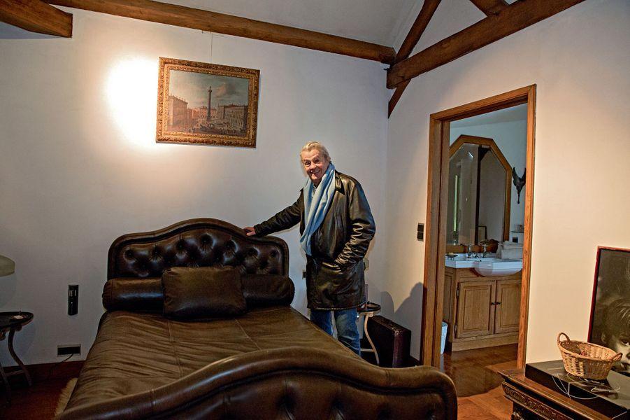 Un jour, cette pièce lui servira de chapelle ardente. Il s'est offert ce lit tapissé de cuir avec son premier cachet.