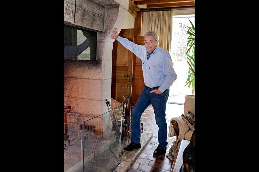 """""""Alain Delon nous a ouvert toutes les portes de sa maison et de son jardin secret comme s'il ouvrait grands les bras."""""""