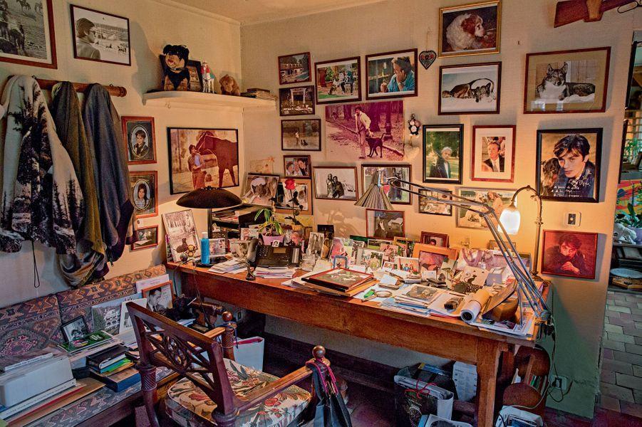 Son bureau, pas d'ordinateur mais des souvenirs. « Alain Delon est la bibliothèque nationale de sa vie », disait Jean Cau.