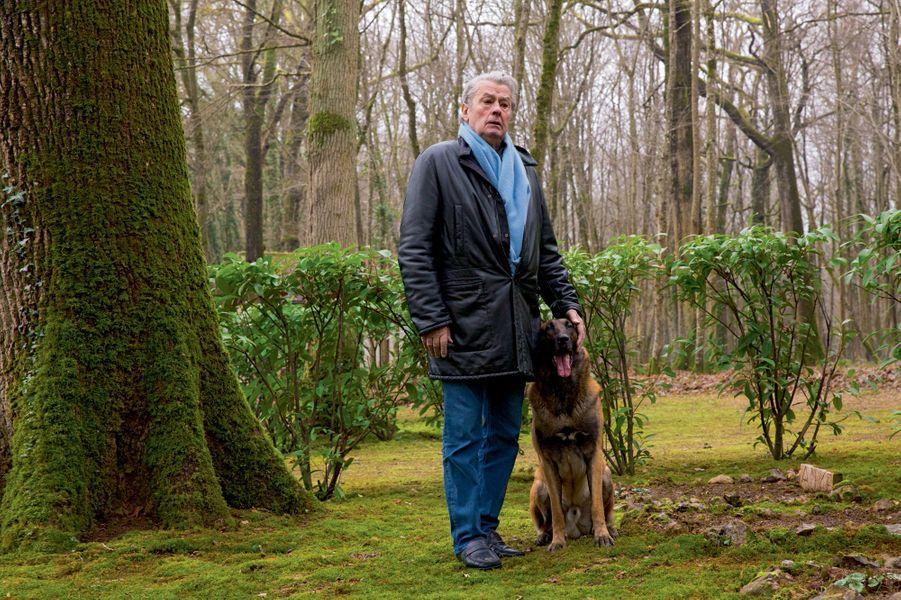 Avec Loubo, dans le cimetière où il a enterré ses chiens.