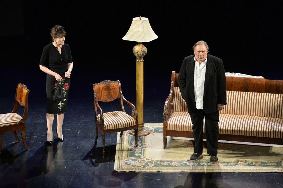 """Fanny Ardant et Gérard Depardieu sur scène dans """"La Musica deuxième"""" de Marguerite Duras à Moscou en 2015."""