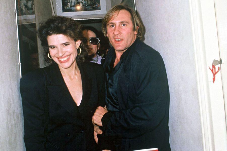 """Fanny Ardant et Gérard Depardieu en coulisses au théâtre les """"bouffes parisiens"""" en 1988."""