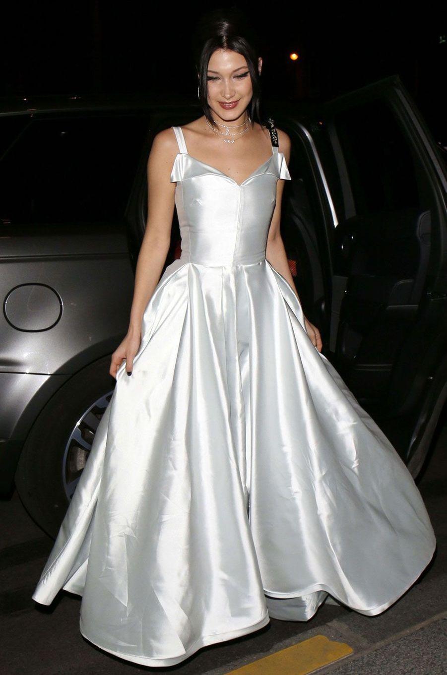 Bella Hadid arrive à la soirée Dior après le défilé.