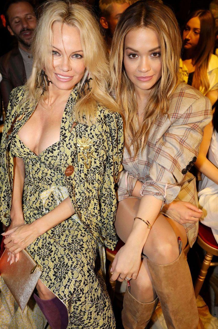 Pamela Anderson et Rita Ora au défilé Vivienne Westwood à Paris.