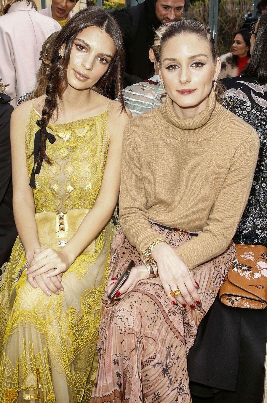 Olivia Palermo et Emily Ratajkowski au défilé Valentino à Paris.