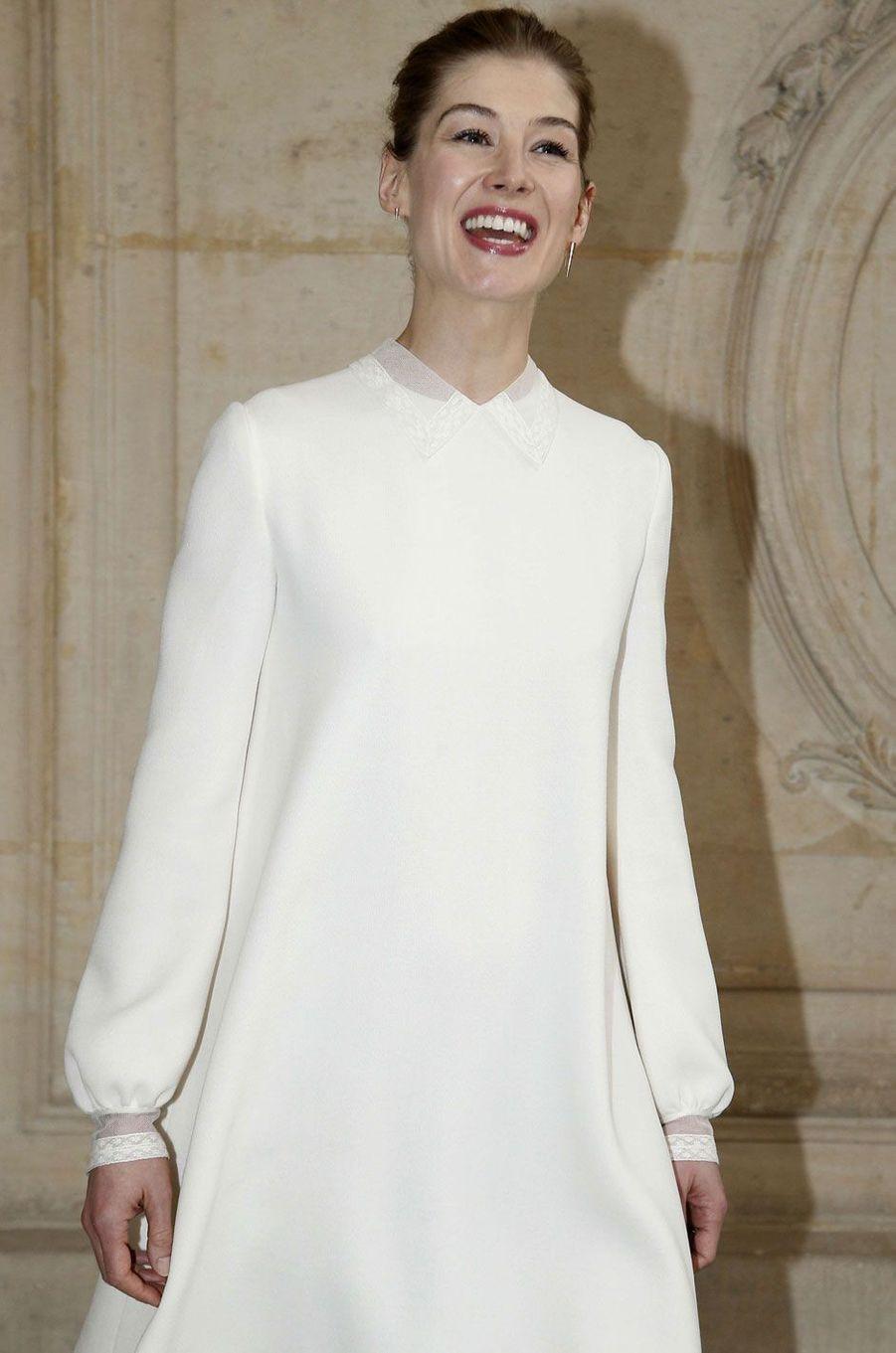 L'actrice Rosamund Pike au défilé Christian Dior.
