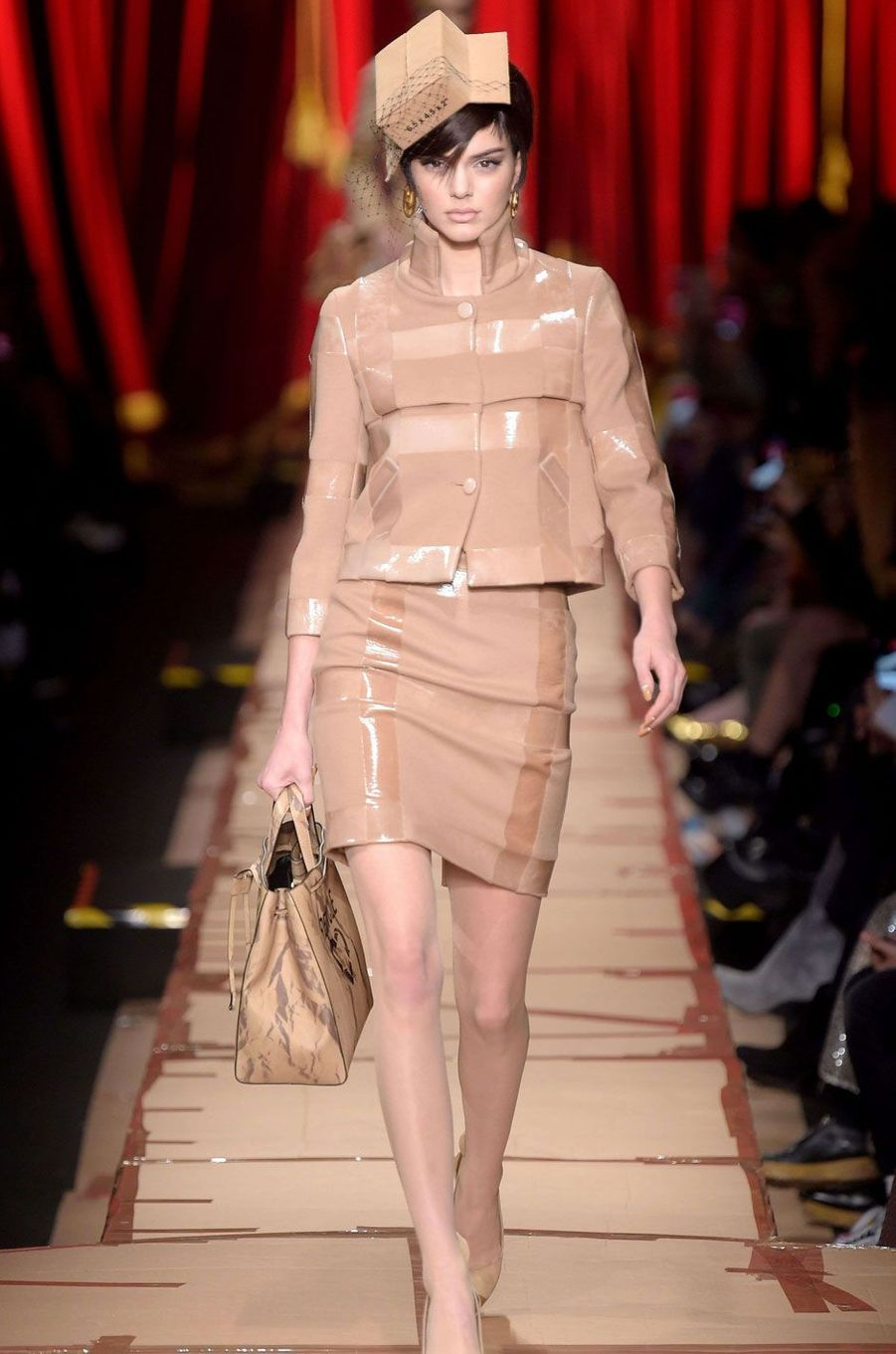 Kendall Jenner défile pour Moschino à Milan.