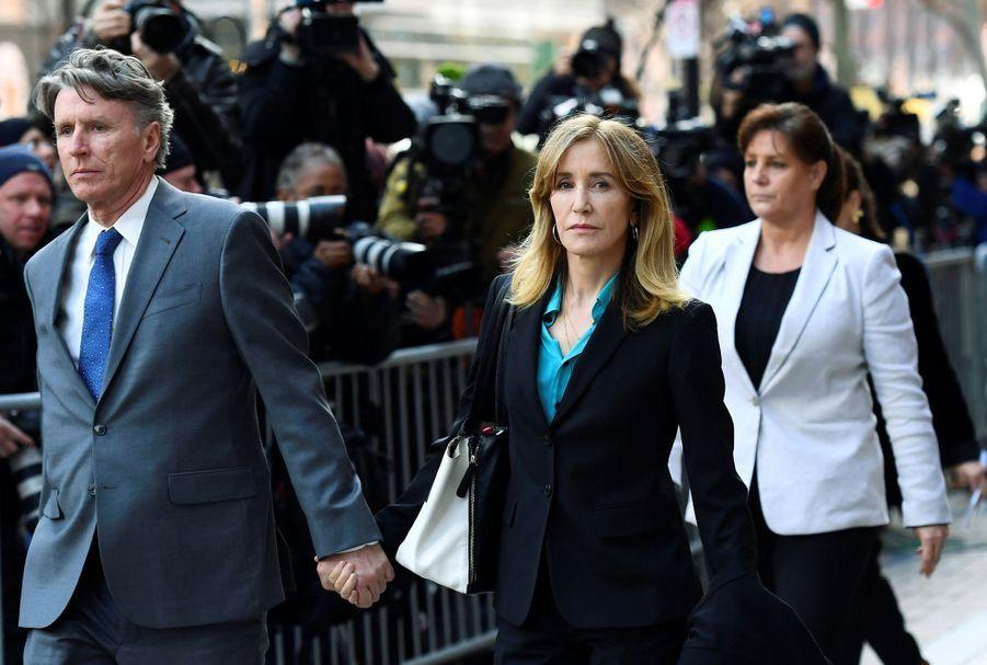 Felicity Huffmanà sa sortie du tribunal de Boston le 3 avril 2019