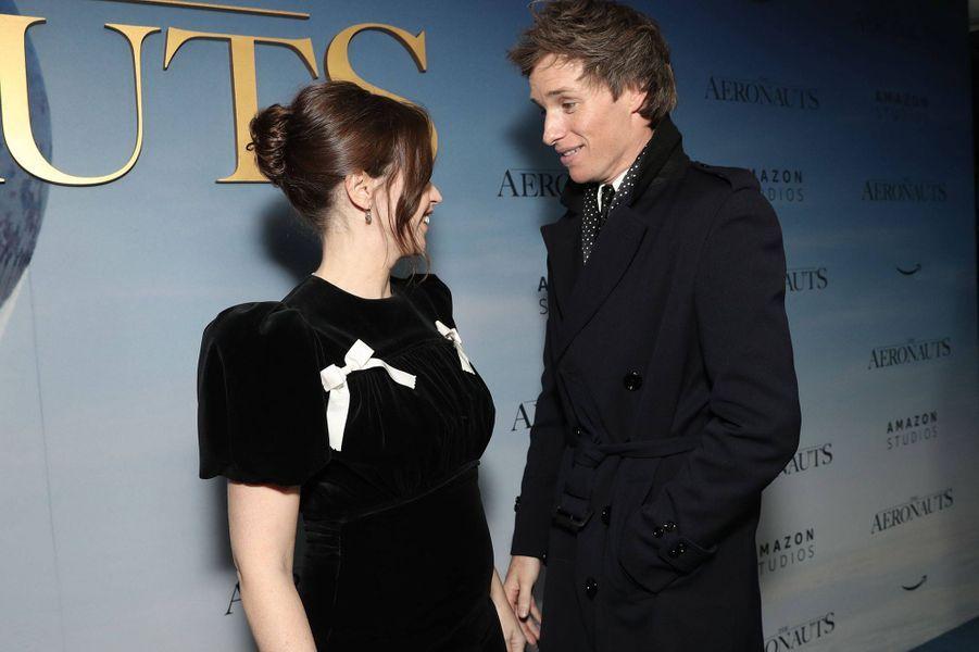 """Felicity Jones enceinte sur le tapis rouge avec Eddie Redmayne lors de la première du film """"The Aeronauts"""" à New York le 4 décembre 2019"""