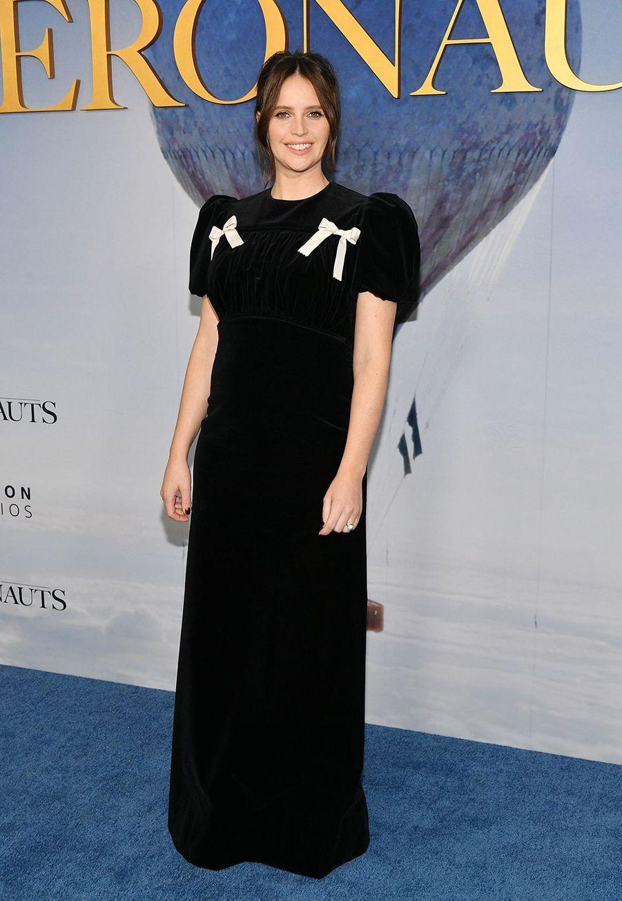 """Felicity Jones dévoile son baby bump lors de la première du film """"The Aeronauts"""" à New York le 4 décembre 2019"""