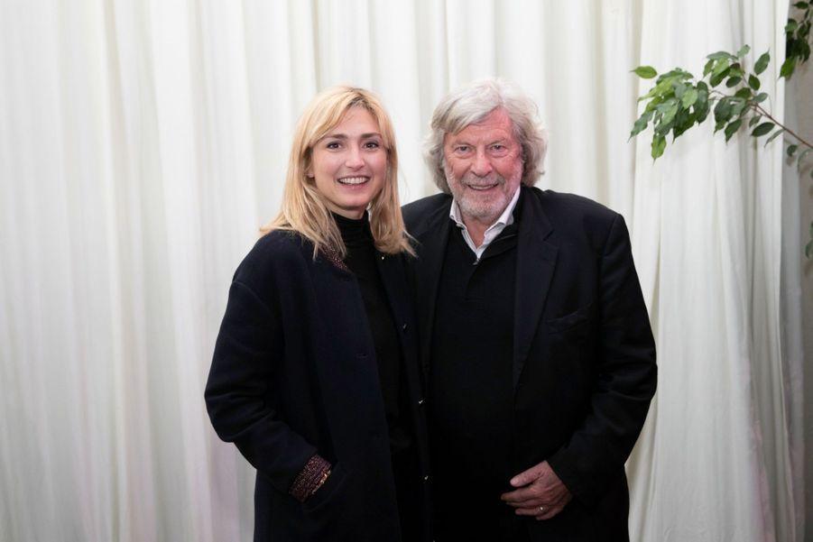 Julie Gayet et l'organisateur du festival Cinéroman, Daniel Benoin.