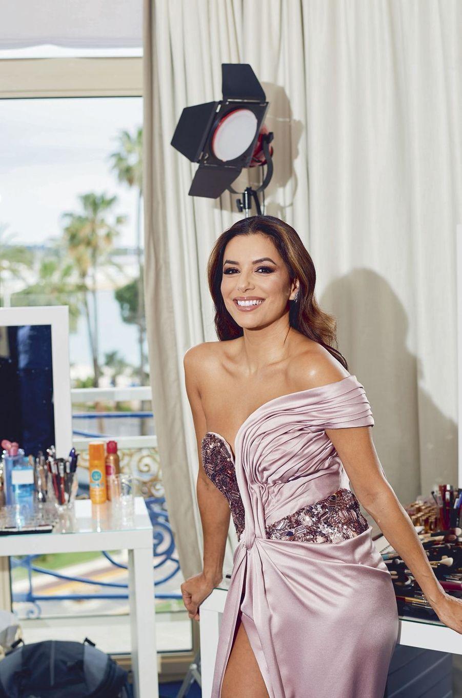 Au 2e étage du Martinez, Eva Longoria, égérie L'Oréal Paris, dans une robe Alberta Ferretti. Cette année, son fils Santiago (11 mois) découvrira Cannes.