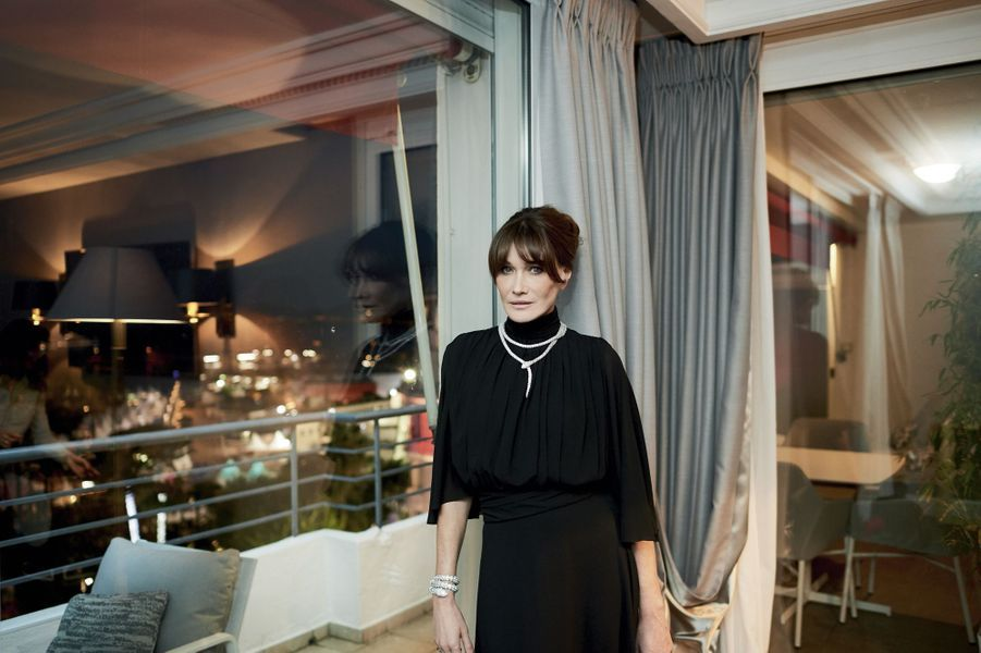 A l'hôtel Majestic, Carla Bruni en robe Celine porte un collier et un bracelet Serpenti de Bulgari.