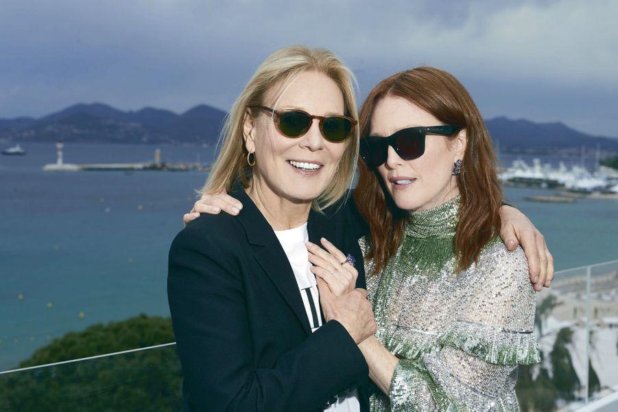 Marthe Keller (à g.) et Julianne Moore, héroïnes du court-métrage « The Staggering Girl », se retrouvent sur la Terrasse by Albane de l'hôtel Marriott.