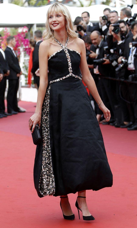 Angèle lors de la montée des marches du film «The Dead Don't Die» lors du 72e Festival de Cannes le 14 mai 2019