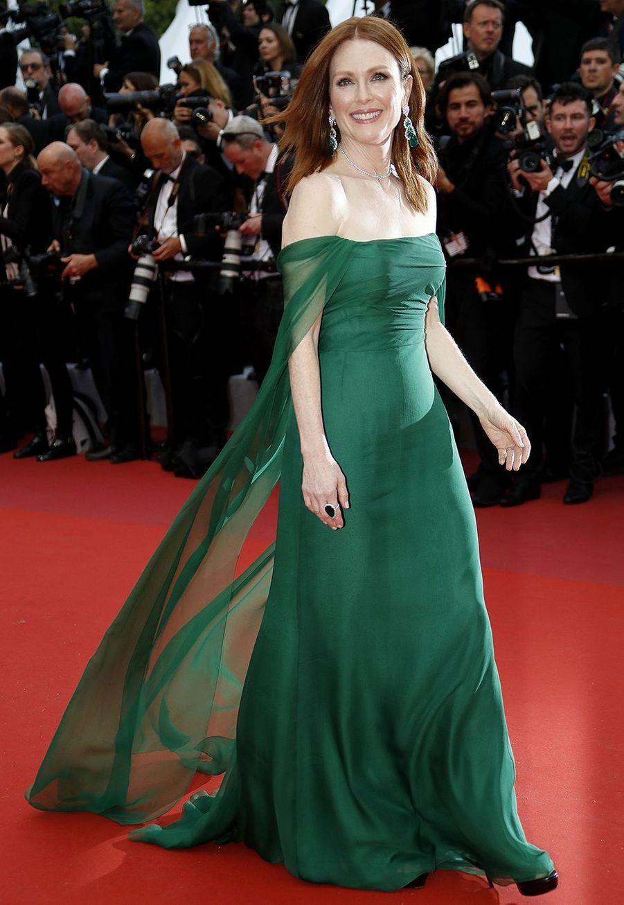 Julianne Moorelors de la montée des marches du film «The Dead Don't Die» lors du 72e Festival de Cannes le 14 mai 2019