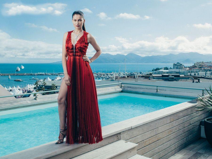 Le 13 mai, Laetitia Casta, robe Alexander McQueen et bijoux Boucheron, sur la terrasse Kering de l'hôtel Majestic.