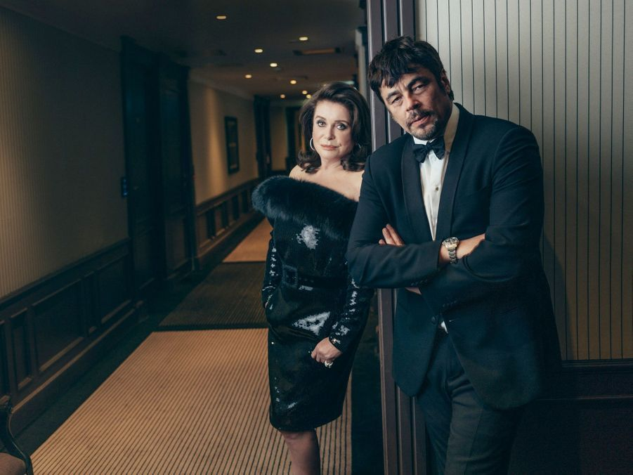 Le 13 mai, Catherine Deneuve, en robe Saint Laurent et bijoux Pomellato, et Benicio del Toro à l'hôtel Majestic.