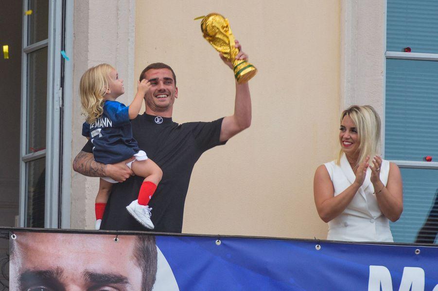 Antoine Griezmann, sa femme Erika et leur fille Mia à Macon, le 20 juillet 2018