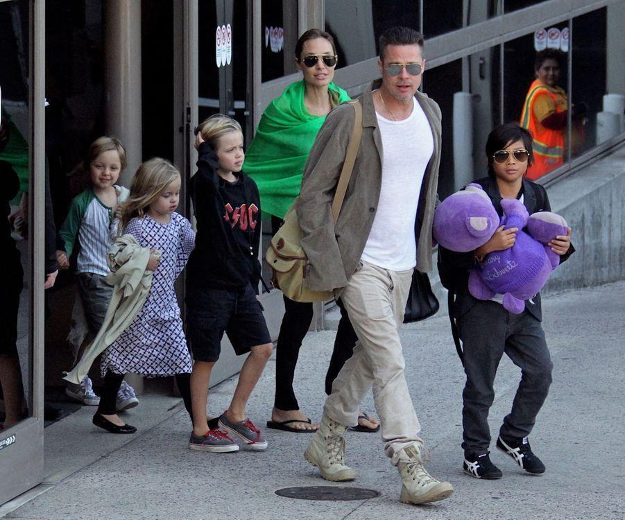 Brad Pitt, Angelina Jolie et leurs enfants Vivienne, Knox, Maddox, Shiloh, Pax et Zahara à Los Angeles, le 5 février 2014