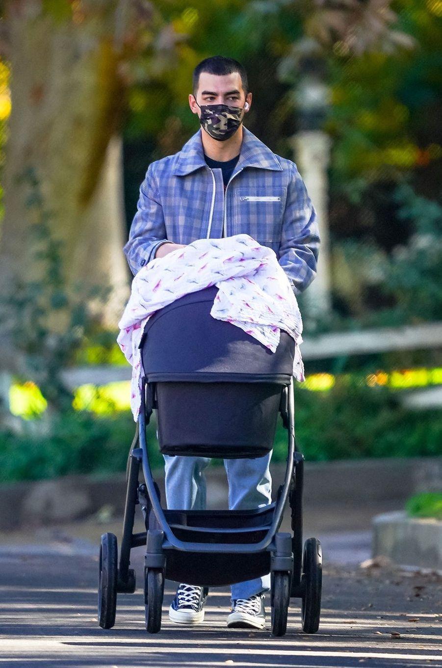 Joe Jonas en promenade avec sa fille Willaà Los Angeles le 19 novembre 2020