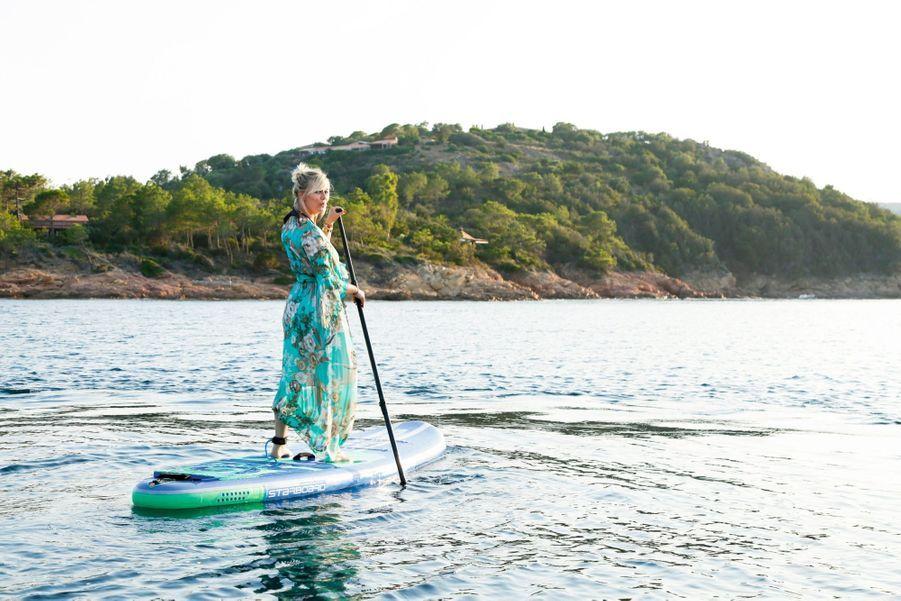 « J'adore les contrastes : faire du paddle en robe longue par exemple. Une séance qui a terminé…à l'eau, évidemment ! »